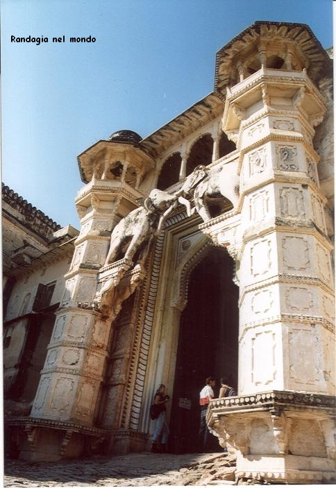 bundy, entrance of the palace gira